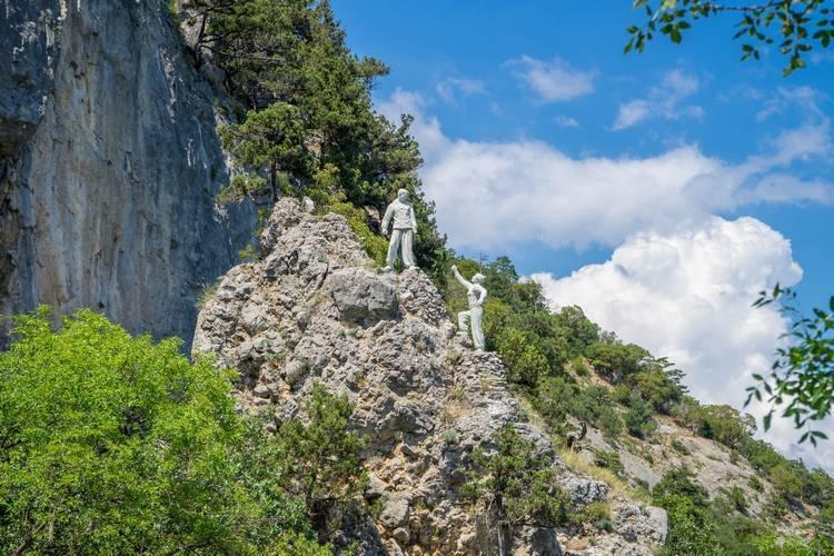 Памятник альпинистам ялта памятники краснодара и их история с фото
